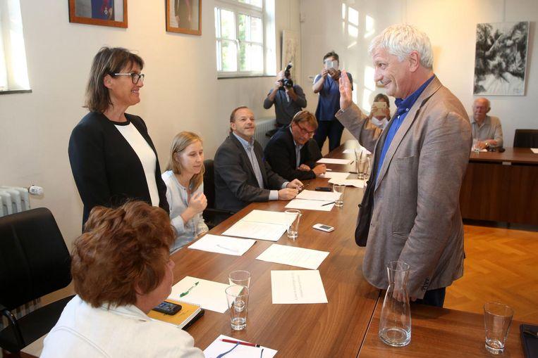 Pasquale Nardone legt de eed af als nieuwe schepen bij burgemeester Geeurickx. Twee minuten, langer duurde de gemeenteraad niet.