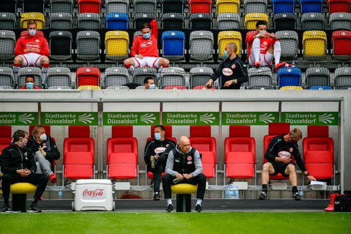 De wisselspelers van Fortuna Düsseldorf voor het duel met Paderborn.
