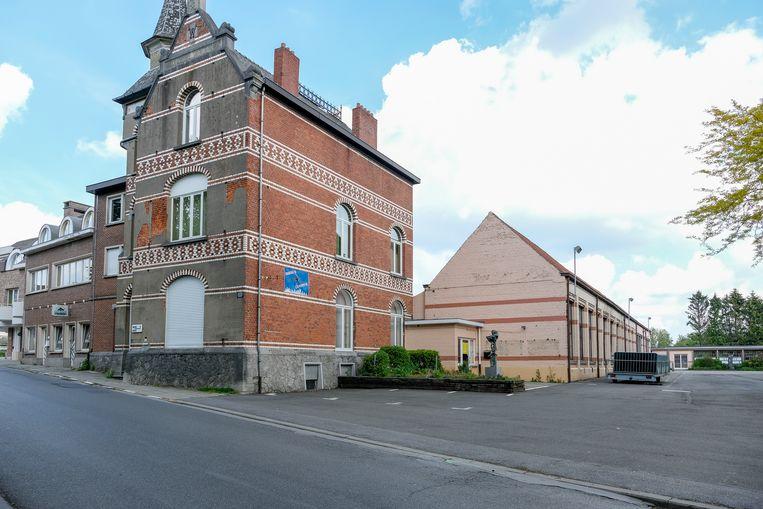 Het kasteeltje vooraan blijft behouden, maar de rest van het gemeentehuis wordt afgebroken. Het nieuwe administratief centrum verhuist naar de overzijde van de parking.