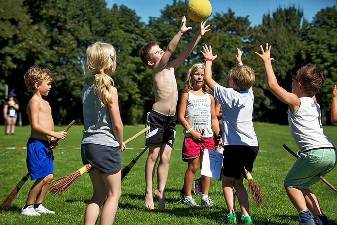 Kinderen spelen zwerkbal bij de kindervakantieweek in Raamsdonksveer