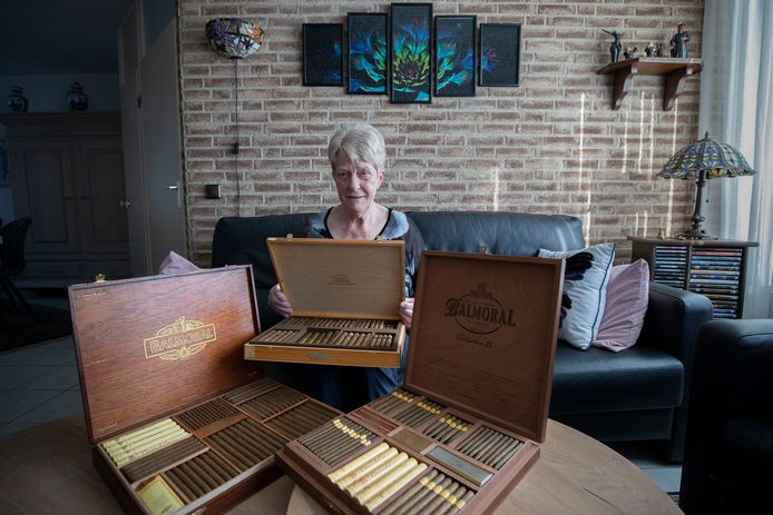 Annie Melskens tussen de dozen met Agio-sigaren die zij bij vorige werkjubilea cadeau kreeg van haar werkgever.