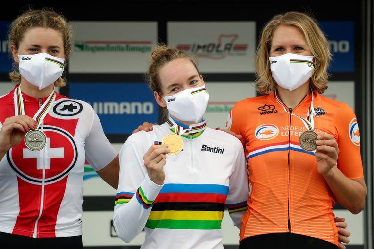 Anna van der Breggen, vrolijk met haar regenboogtrui op een leeg circuit in Imola.  Beeld AP