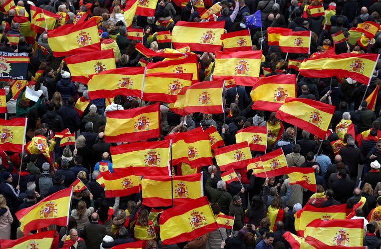 Een demonstratie van de centrumrechtse oppositie zondag in Madrid tegen de minderheidsregering van premier Sánchez.  Beeld REUTERS