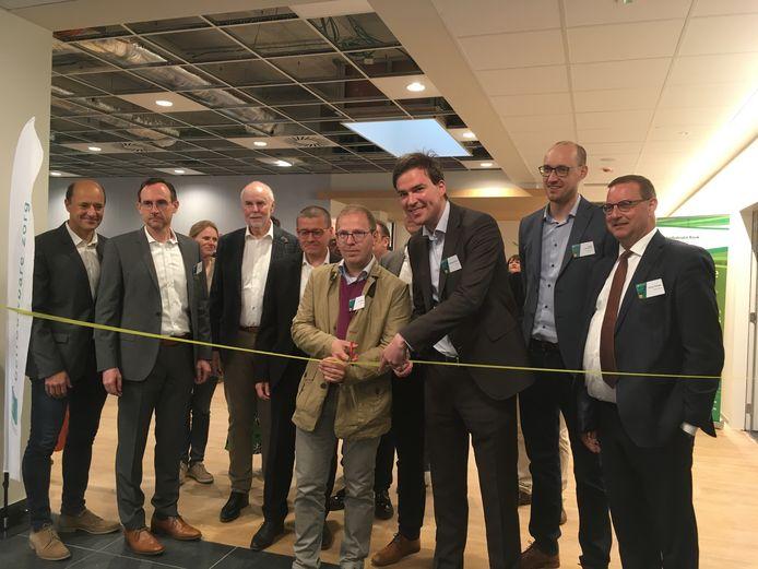 Burgemeester Mathias  De Clercq en algemeen directeur Niko Gobbin knippen het lint door.