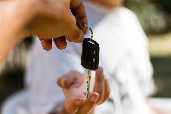 De broers verkochten 2 BMW-leasewagens om de schulden af te betalen van de jongste.