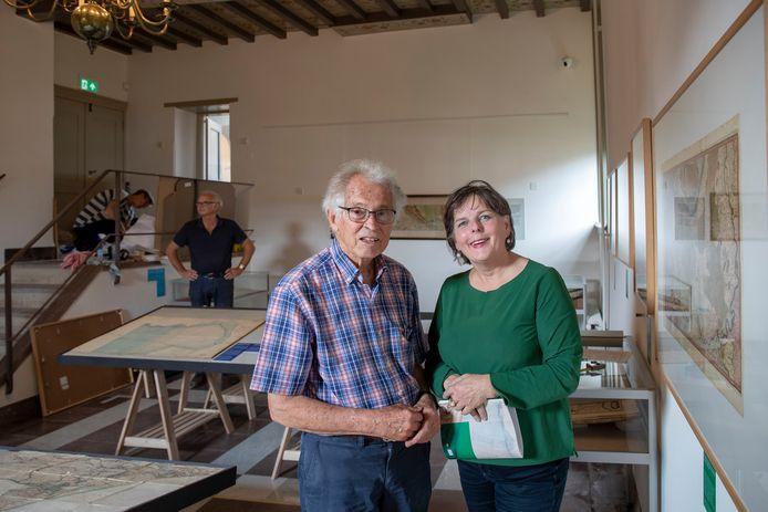 Henk Deys en Maike Woldring in de trouwzaal van het Oude Raadhuis in Rhenen die om wordt gebouwd tot tijdelijke expositieruimte voor de kaartencollectie van Deys.