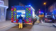Houten tuinafsluiting vat vuur, bewoner loopt brandwonden op tijdens blussen
