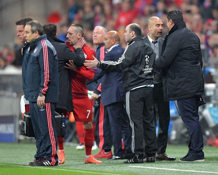 Simeone en Ribery krijgen het met elkaar aan de stok.