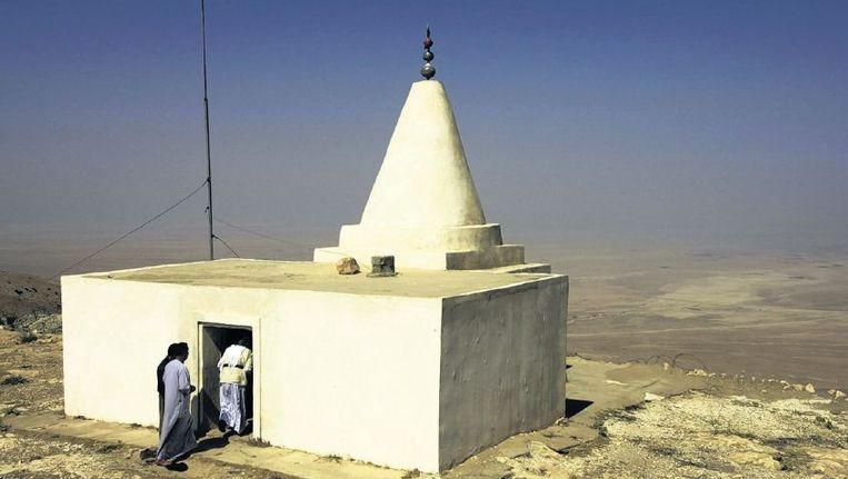 Mannen gaan een yezidisch heiligdom binnen op de berg Sinjar. Beeld ap