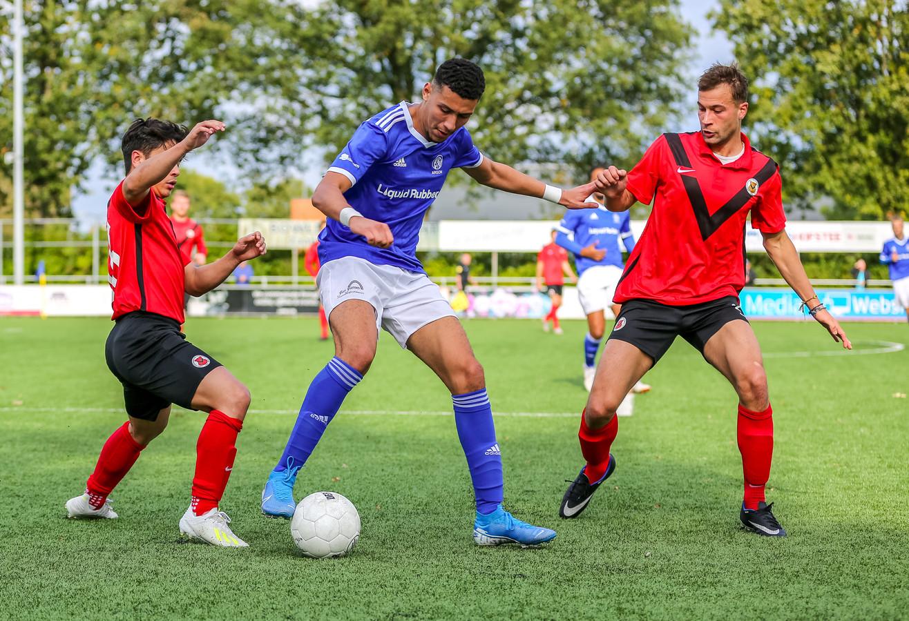 Jeroen Malotaux en Wessel Westerhof van AFC jagen op de bal, die in het bezit is van Argonaut Ilias Latif.