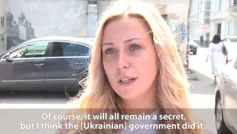 Een Russin reageert op het nieuws over vlucht MH17. Videostill afkomstig van Radio Free Europe, dat persvrijheid in Rusland onderzoekt. Beeld Screenshot Radio Free Europe