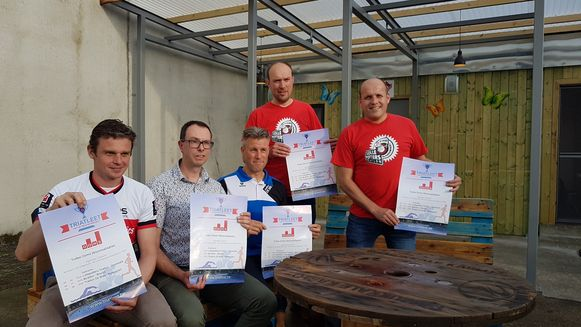 De organisatoren van de drie triatlons samen met hun nieuwe hoofdsponsor.