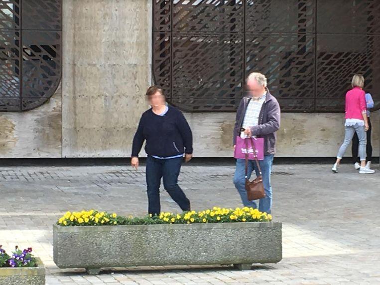 De dove vrouw (63) verlaat  het justitiepaleis van Hasselt.