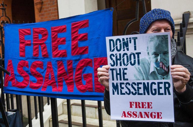 Iemand betuigt steun aan Assange bij de ambassade van Ecuador in Londen Beeld afp