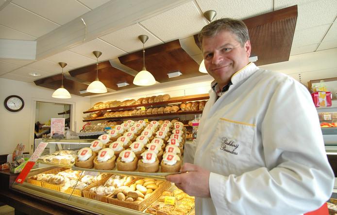 Bakker Robert Beunders in zijn bakkerij, bij het 50-jarig bestaan van de zaak .