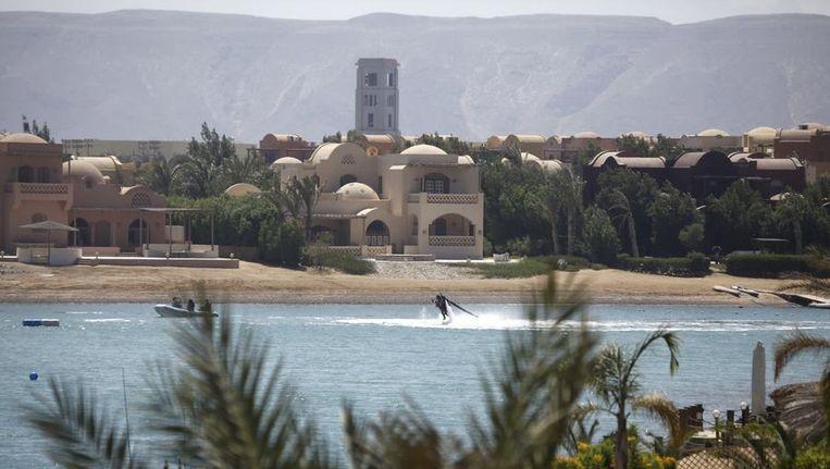 Toeristen bij een verder vrijwel leeg strand van kustplaats Hurghada aan de Rode Zee. Beeld reuters
