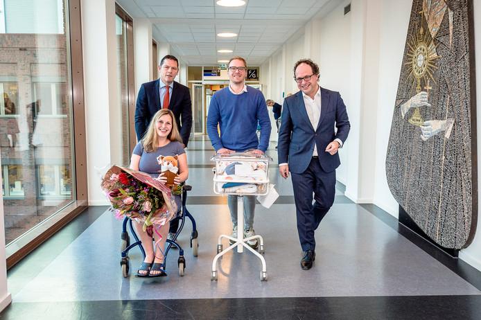 Jeffrey van der Stelt (midden) is een van de eerste vaders die vijf dagen verlof krijgt. Minister Wouter Koolmees (rechts) kwam hem en zijn vrouw Linda feliciteren met de geboorte van hun zoon Nathan.