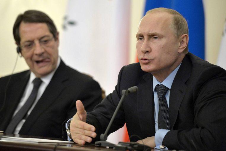 De Russische president Vladimir Poetin (rechts) en zijn Cypriotische collega Nicos Anastasiades (links).
