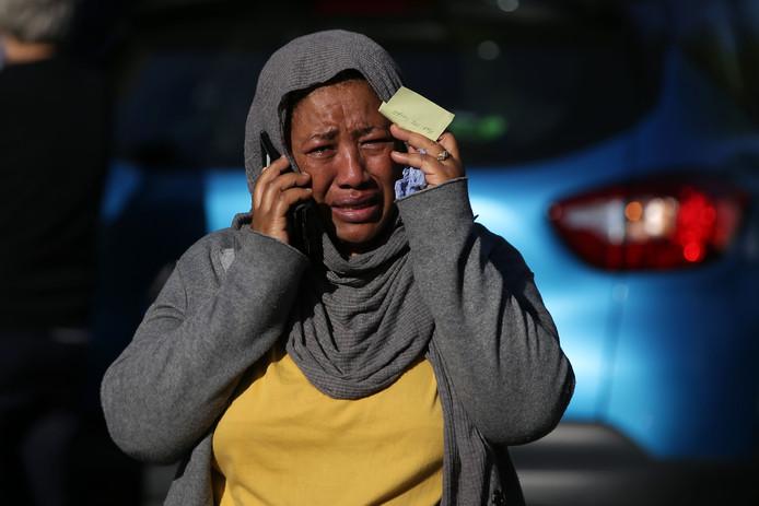 Een vrouw in tranen tijdens haar zoektocht naar een vermist familielid.