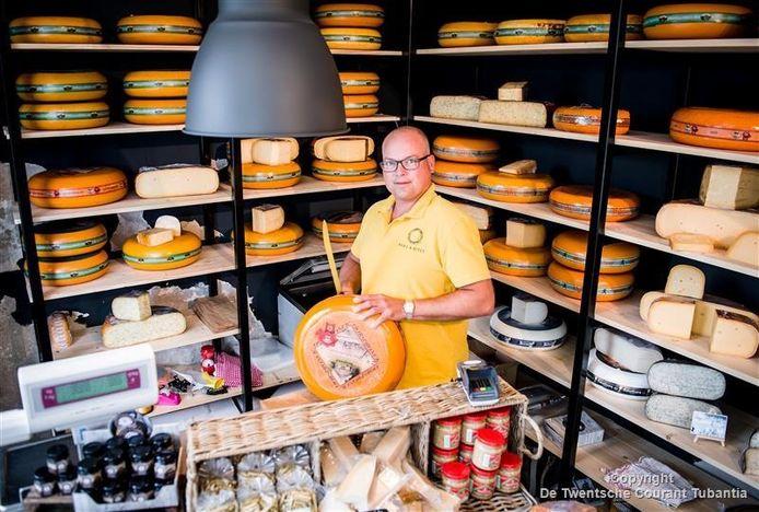 """Maikel Kamphuis in de nieuwe kaaswinkel aan de Bentheimerstraat, die sinds enkele weken open is. """"Het gevoel is goed."""""""