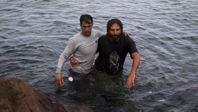 Vluchtelingen riskeren hun leven om Lesbos te bereiken.