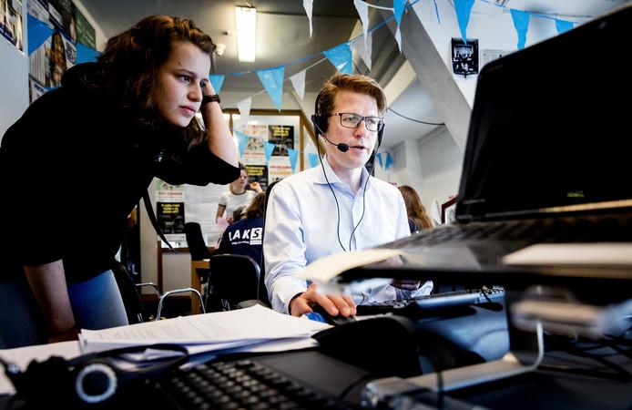 Staatssecretaris Sander Dekker neemt klachten aan van eindexamenkandidaten tijdens zijn bezoek aan het Landelijk Aktie Komitee Scholieren (LAKS).