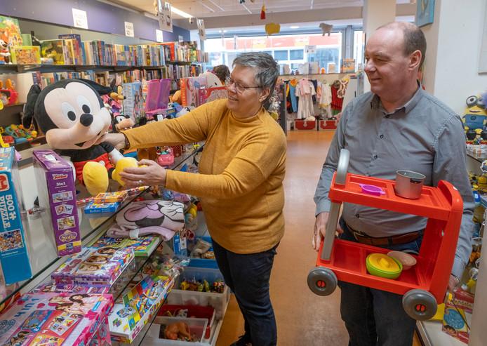 Coördinator Marja Crucq en voorzitter Daniël van der Meer van de Speelgoedbank Zeeland vullen speelgoed aan in de winkel Second Chance in de Lange Zelke in Vlissingen.
