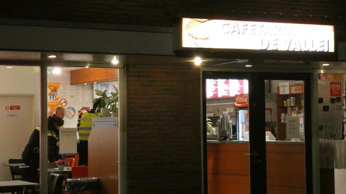 De politie onderzoekt de overval op cafetaria De Vallei in de Valleistraat in Veenendaal.