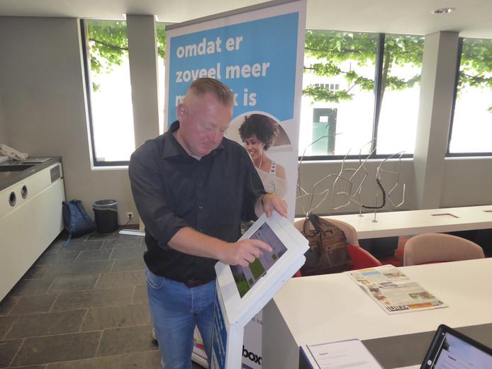Wethouder Eric van den Broek vulde op woensdagmiddag 30 mei de eerste enquête in van 'Ik doe mee' in Boxtel.