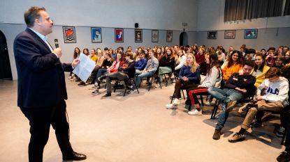 """Philippe De Backer geeft laatste gastcollege in 'zijn' Sint-Michielscollege: """"Hopelijk geeft nu elke school les over privacy"""""""