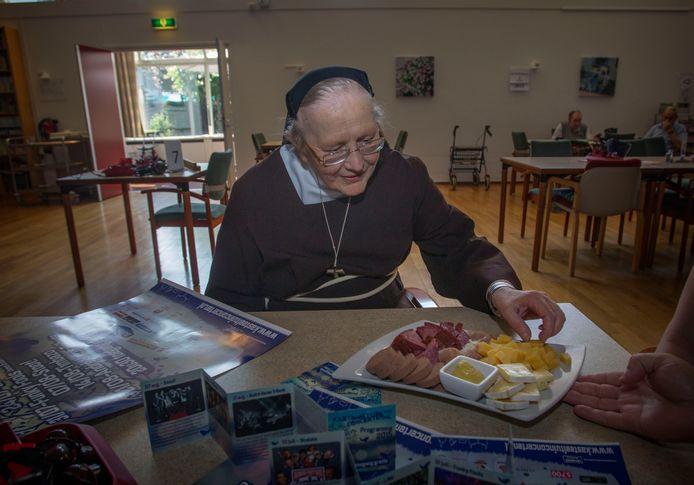 Foto uit 2015: schaal met worst (en ook kaas) voor zuster Angeluccia. De organisatie van de Kasteeltuinconcerten in Helmond ging jaarlijks naar Huize Witven met de vraag aan de zusters Clarissen om te bidden voor goed weer tijdens het evenement.