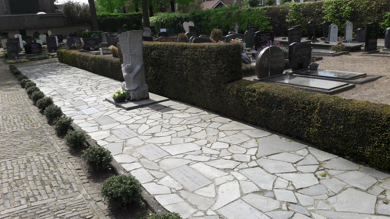Het gezamenlijke graf van de V1-slachtoffers van 1944 en 1945 in Vlijmen op de katholieke begraafplaats bij de Sint-Jan Geboortekerk aan de Julianastraat. .