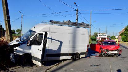 Papa in bestelwagen gewond, twee kindjes ongedeerd