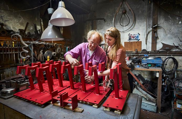 Paulus van der Jagt en Linda Post leggen de laatste hand aan de lampen.