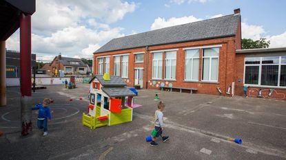 Elk kind plaatsje op schoolbank