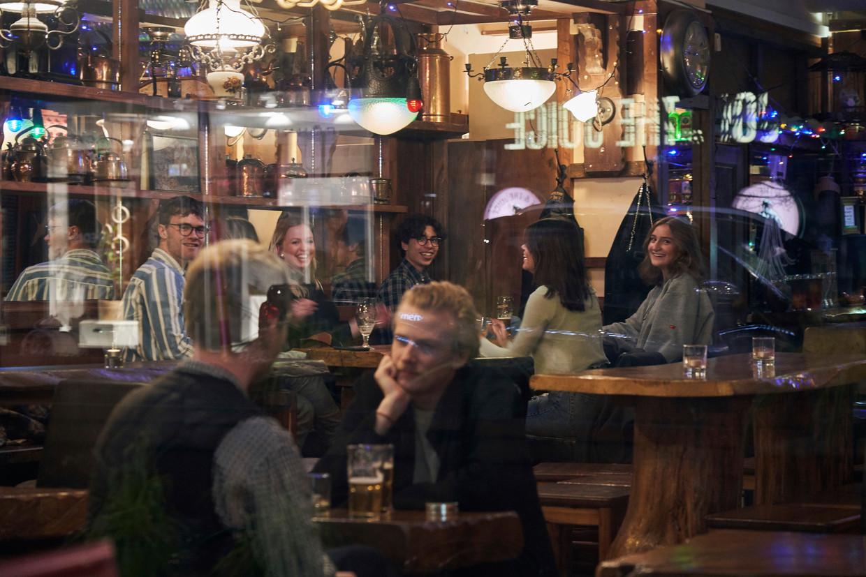 Een volle bar in Stockholm. Beeld AP