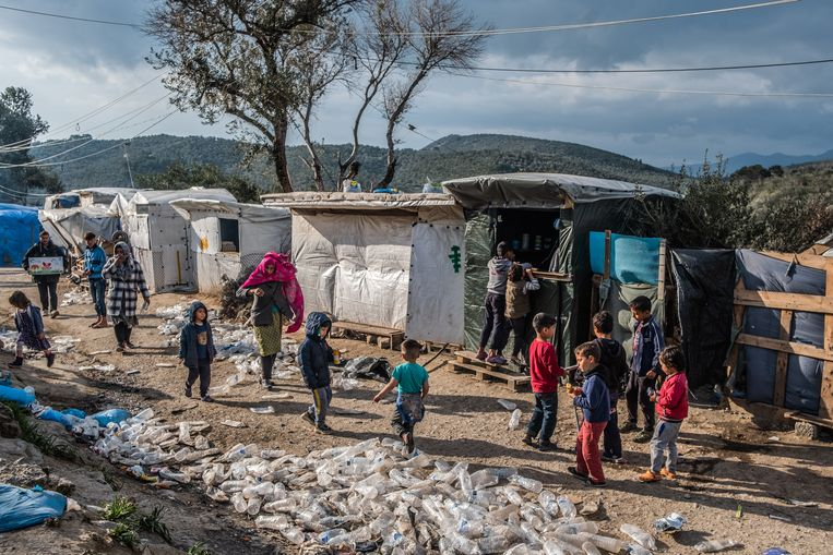 Duizenden migranten en vluchtelingen zitten vast op het Griekse eiland Lesbos.  Beeld Joris Van Gennip