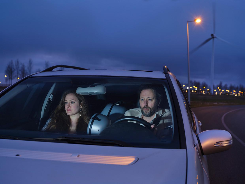 Joris van Casteren en Sara El-Gabalawi in hun auto, met de cello tussen hen in.