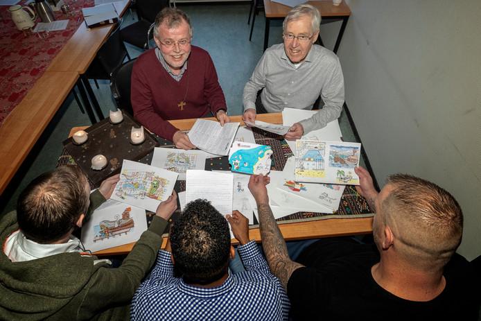 Gevangenen (op rug gezien) bekijken tekeningen voor het kinderboek.