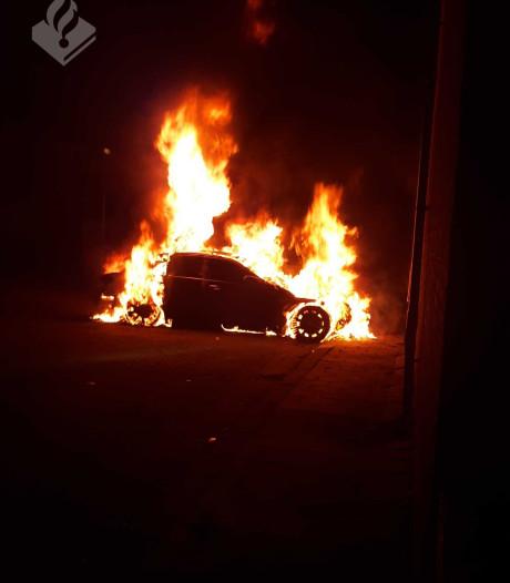 Auto in Gouda brandt volledig uit