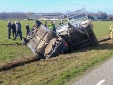 Auto belandt met aanhangwagen in de sloot in Asten