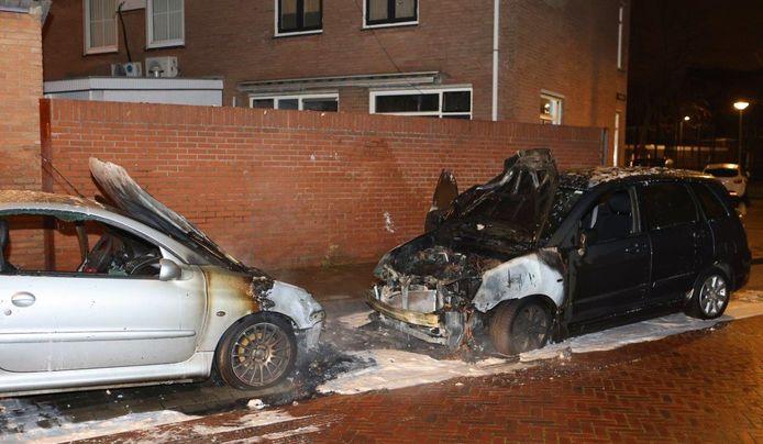 Veel schade bij de twee auto's.