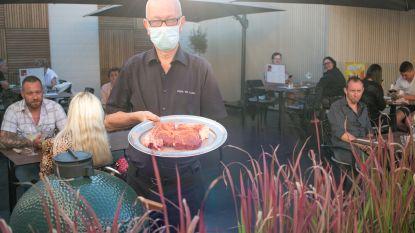 Met de Green Egg op het terras: ook restaurant Park en Laan doet het buiten