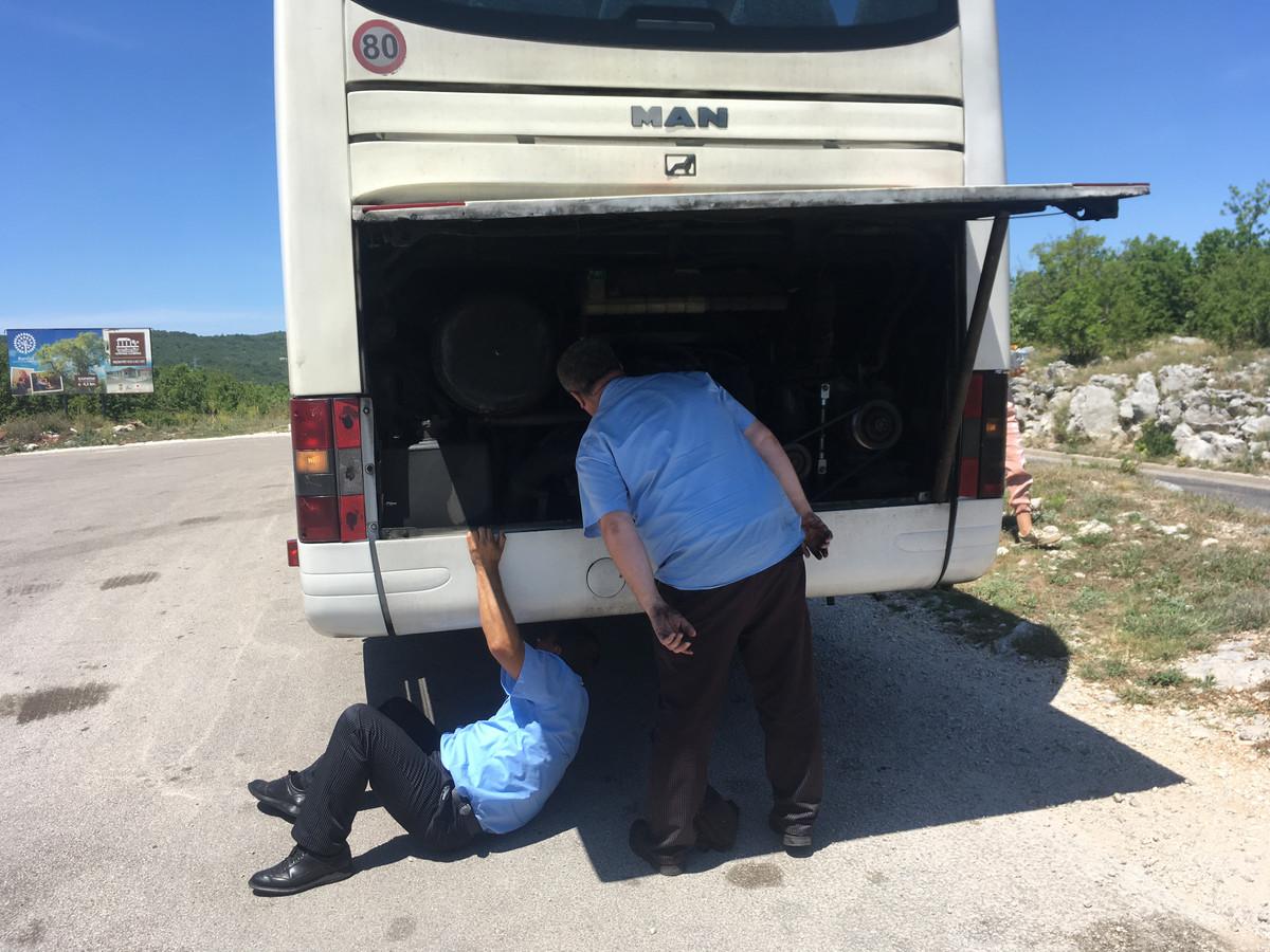 De buschauffeurs van CentroTrans proberen te redden wat er te redden valt als de motor het heeft begeven.