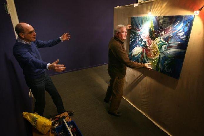 Het schilderij van Cora van Wanrooij krijgt een fraai plaatsje in de spotlights toegewezen.