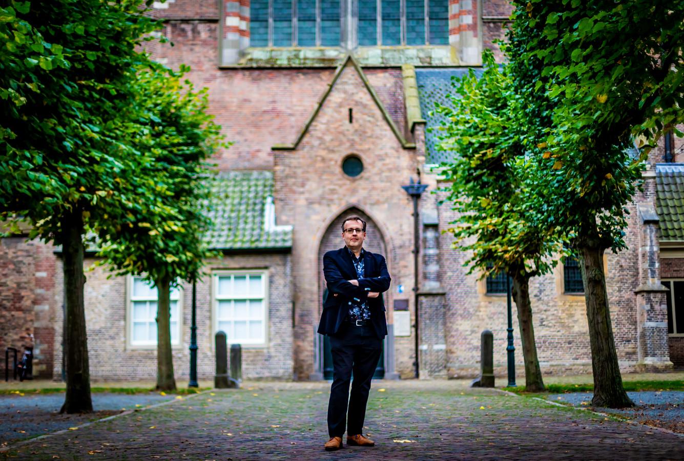 Fred van Lieburg voor de Grote Kerk, de plek waar de Synode werd geopend en afgesloten.