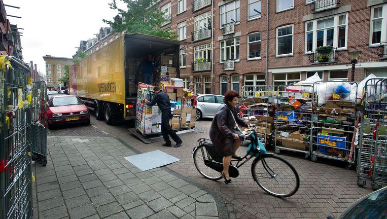 Bewoners van de Transvaalstraat klagen steen en been over het laden en lossen van vrachtwagens Beeld Klaas Fopma (www.klaasfopma.nl)