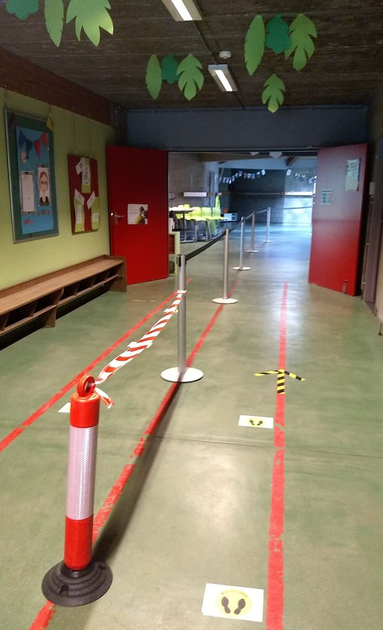 De school had heel wat veiligheidsmaatregelen genomen zoals looplijnen in de gangen.