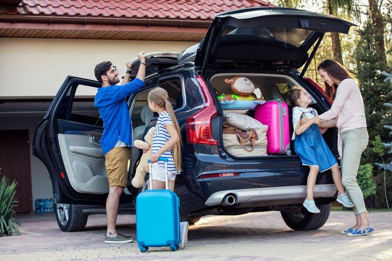 Een gezin dat op reis vertrekt.