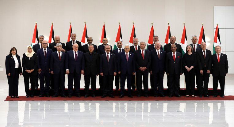 De nieuwe Palestijnse regering poseert zaterdag met president Abbas.